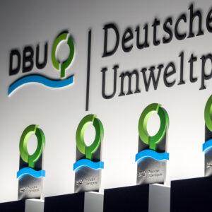 Wo in Deutschland in den Jahren 2023 bis 2028 die Preisverleihungen des Deutschen Umweltpreises der DBU stattfindet, wird jetzt in einem Wettbewerb entschieden. Ein ökologisches Gesamtkonzept für die Bewerber ist dabei ein Muss.  Rechtliches: Die Verwendung dieses Bildes ist ausschließlich im Rahmen redaktioneller Berichterstattung mit inhaltlichen Bezügen zur Deutschen Bundesstiftung Umwelt (DBU) erlaubt. Das Bild kann zu diesem Zweck vervielfältigt und kostenlos veröffentlicht werden. Die Bearbeitung des Bildes ist nicht erlaubt. Verkleinerungen oder Vergrößerungen, die der technischen Aufbereitung zum Zweck der optimalen Vervielfältigung dienen, sowie eine den zentralen Sinn des Bildes nicht entstellende Ausschnittwahl sind zulässig.